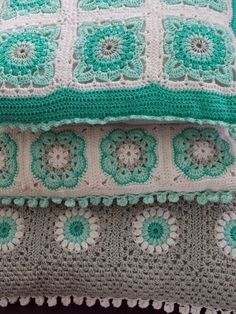 Crochet granny squares in aqua / turquoise / teal, grey and white. Renate's haken en zo: Kussen no. 4