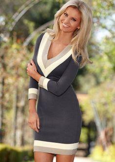 Schönes Strick-Kleid mit attraktiven Farbkontrasten