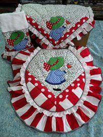 SET DE BAÑO COQUITO: TAPA DE POCETA, TAPA DE TANQUE, TOALLA DECORATIVA. Elaborado con Técnica Patchwork y Aplicaciones Bordadas en telas 100% algodón Americano. Diseño AMARILIS CISNEROS DE HERRERA - VENEZUELA +58-4143419580. Bathroom Crafts, Bathroom Sets, Toilet Paper Roll, Fabric Design, Needlework, Diy And Crafts, Sewing Patterns, Projects To Try, Patches