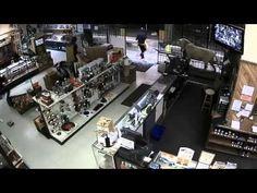 VIDEO FUERTE: Entraron a esta tienda de armas y no sabian lo que pasaria - YouTube