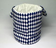 Kosz w niebieskie romby idealnie sprawdzi się jako pojemnik na zabawki,misie oraz wszystkie inne rzeczy. wymiary: śr. ok24cm wys ok 30cm Ręcznie wykonane Materiał: 100% bawełna