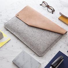 Durchdachte FunktionDie Lederklappe mit einem Druckknopf auf der linken Seite bietet einen einfachen Verschluss und hält dein MacBook 15 Zoll sicher. Beim Aufmachen der Lederklappe wirst du schnell feststellen, dass du ausreichend Platz für Sachen hast, die dich im Alltag begleiten. Dein Ladekabel, USB-Kabel oder Kopfhörer kannst du vorne in der kleinen integrierten Tasche schnell verschwinden lassen. Die unauffällige hintere Innentasche ist für deine Visitenkarten, Kreditkarten, Smartphone…