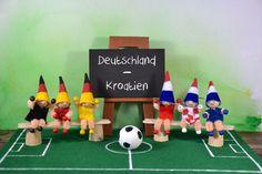 """Fußballwichtel (Idee mit Anleitung – Klick auf """"Besuchen""""!) - Unsere Fußballwichtel bringen Glück und sind ein Muss für jeden Fußballfan. Gemeinsam sitzen sie auf der Bank und feuern ihre Mannschaft an. Welche das ist? Das entscheidet ihr selber!"""