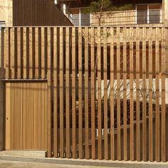 玄関事例:道路から見る 杉格子と引戸の入口(杉の家|杉格子の中庭のある家)