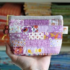 PDF Scrappy Zipper Pouch Sewing Pattern in 3 sizesBound All Around zipper pouch by Retro Mama I'm popping in to let you know that my brand new zipper pouch pattern is now in the shop !These Pretty Patchwork Pouches Have Many Uses - Quilting Digest Coin Purse Tutorial, Zipper Pouch Tutorial, Tote Tutorial, Tutorial Sewing, Patchwork Bags, Quilted Bag, Patchwork Designs, Pouch Pattern, Fabric Bags