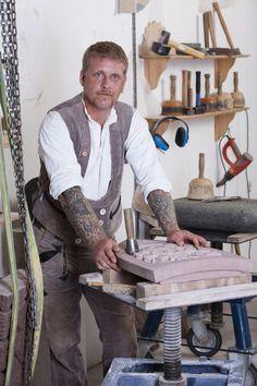 Sven Olav Thater:  Der Steinmetzmeister und Bildhauer aus Ostfriesland arbeitet am 7. August 2012 in seiner Werkstatt in Friedeburg, Niedersachsen. Er ist verheiratet und hat drei Kinder.