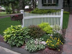 50 New Front Yard Landscaping Design Ideas - HomeBestIdea Gorgeous and Pretty Front Yard Garden and Landscaping Ideas Front House Landscaping, Mailbox Landscaping, Driveway Landscaping, Outdoor Landscaping, Outdoor Gardens, Landscaping Ideas, Hillside Landscaping, Walkway, Landscaping Borders
