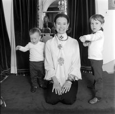 Socialite and heiress Gloria Vanderbilt poses for a portrait session with her sons Anderson Cooper and Carter Vanderbilt Cooper in their home in circa 1969 in Southampton, Long Island, New York. Get premium, high resolution news photos at Getty Images Gloria Vanderbilt, Cornelius Vanderbilt, Anderson Cooper, Carter Cooper, Long Island Ny, High Society, Yesterday And Today, Famous Women, Famous People