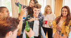 Dicas para falar sobre bebidas alcoólicas aos seus filhos adolescentes - http://www.comofazer.org/sociedade-e-cultura/relacionamentos/dicas-falar-bebidas-alcoolicas-aos-seus-filhos-adolescentes/