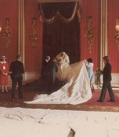 July Prince Charles marries Lady Diana Spencer in Saint Paul's Cathedral. With thousands of pearls and a train, Diana's wedding dress is carefully maneuvered into position for an official photograph Prince Charles Et Diana, Prince Charles Wedding, Charles And Diana Wedding, Diana Wedding Dress, Princess Diana Wedding, Princess Of Wales, Lady Diana Spencer, Diana Photo, Eugenie Of York
