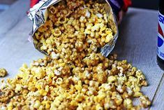 Check out this yummy Chicago Style Popcorn recipe. A cheese and caramel popcorn recipe that& easy to make and is salty and sweet. Popcorn Snacks, Popcorn Recipes, Snack Recipes, Popcorn Balls, Diy Snacks, Flavored Popcorn, Chicago Style Popcorn, Cheddar Popcorn, Bacon Popcorn