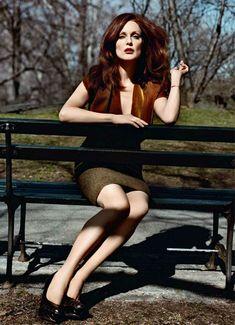 Rossa, elegante e sensuale. Ecco il fotoshoot Julianne Moore che dimostra come sia possibile essere affascinanti e glamour anche dopo i 50.....