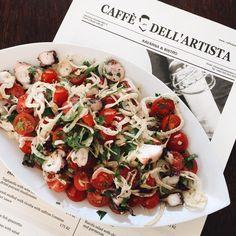 Trvalý odkaz na vložený obrázek Parmesan Sauce, Caprese Salad, Bruschetta, Ricotta, Stuffed Mushrooms, Ethnic Recipes, Food, Artists, Stuff Mushrooms