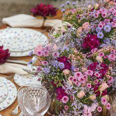 almoço descontraído no jardim.Lilás, rosa, verde e marsala foram os tons escolhidos para a ocasião.Flores do campo, dianthus, rosa spray e kalanchoe foram h