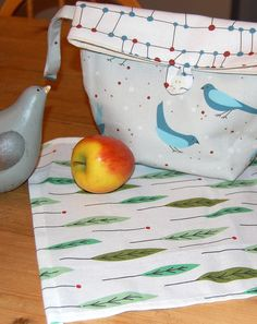 Easy to follow instructions to make these cute little lunch bags, ideal for school, for work or for kid's snacks while out on the town.