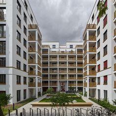 Zahlreiche denkmalgeschützte Häuser mit prächtigen Fassaden prägen das Bild der Wallstrasse in Berlin. Auffallend die filigranen Terrassenbrüstungen: Von Bruag individuell auf Mass gefertigt, perforiert, farbig behandelt und nach den Vorstellungen der Bauherrin mit dem Markennamen «Pandion» auf jedem Plattenstück gelasert. Kurzum: Mit Bruag ist kundenspezifische Individualität respektive Corporate Identity auch am Bau einprägsam zu realisieren. Corporate Identity, Multi Story Building, City, Gallery, Berlin, Projects, Image, Terrace, Fiction