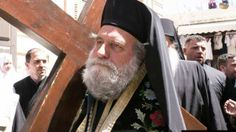 Μεταφέροντας τον Σταυρό στην οδό του Μαρτυρίου στα Ιεροσόλυμα (ΦΩΤΟ & BINTEO)