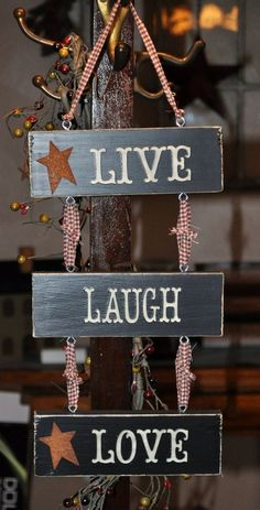 Live Laugh Love Wooden Sign measures 13 X 7 Each wooden block measures 7 X 2 2 of the wood blocks have rusty metal stars Primitive Signs, Primitive Homes, Primitive Country, Primitive Decor, Easy Primitive Crafts, Primitive Stitchery, Primitive Patterns, Country Crafts, Country Decor