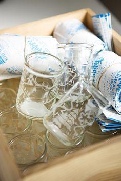 Söpöjä laseja! Nappe lasten juomalasi valmistetaan kierrätetystä lastenruokapurkista.