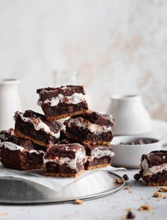 Marshmallow Brownies, Oreo Brownies, Toasted Marshmallow, Chocolate Ganache Frosting, Fudge Frosting, Summer Dessert Recipes, Delicious Desserts, Awesome Desserts, Mini Chocolate Chips