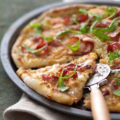 Pizza aux oignons et jambon fumé