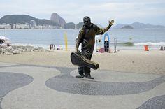 """O calçadão da orla de Copacabana também é palco da homenagem ao cantor e compositor brasileiro, Dorival Caymmi, que tem entre suas obras de sucesso as canções """"O que é que a baiana tem?"""" e """"Maracangalha""""."""