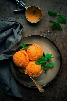 ice cream popsicle Vegan Mango Ice Cream is dairy free and eggless. Vegan Mango Ice Cream recipe is an easy dessert recipe that is also healthy. This delicious creamy Vegan Mango Ice Healthy Ice Cream, Vegan Ice Cream, Frozen Desserts, Frozen Treats, Baking Desserts, Helado Natural, Mango Ice Cream, Snack Recipes, Dessert Recipes