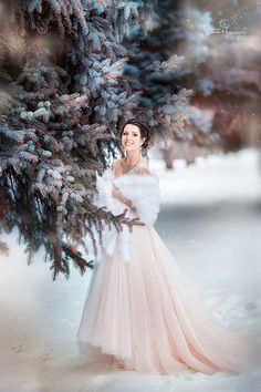 Are you getting married during one of the winter months? If so, you may be searching for inspiration for your wedding to ensure that it turns out as perfect as possible. There are some great winter wedding reception ideas to consider. These ideas could. Winter Wedding Fur, Winter Bride, Winter Wonderland Wedding, Christmas Wedding, Winter Wedding Receptions, Poses Photo, Winter Wedding Inspiration, Wedding Bridesmaid Dresses, Wedding Bouquets