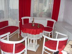 II. világháborús emlékek az asztalon, szintén nagyszülőktől örökölt. Chair, Furniture, Home Decor, Recliner, Homemade Home Decor, Home Furnishings, Decoration Home, Chairs, Arredamento