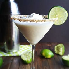 Key Lime Pie Martini Recipe Beverages with fresh lime juice vanilla vodka sweetened condensed milk pineapple juice crushed graham crackers whipped cream Martini Recipes, Drinks Alcohol Recipes, Yummy Drinks, Cocktail Recipes, Fancy Drinks, Alcoholic Drinks, Recipes Dinner, Breakfast Recipes, Vanilla Vodka Recipes