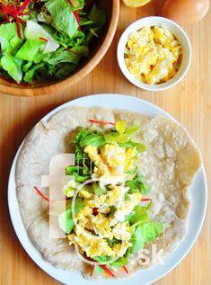 Raňajkový wrap s miešanými vajíčkami a čerstvými bylinkami Guacamole, Cobb Salad, Food And Drink, Mexican, Eggs, Cheese, Ethnic Recipes, Milk, Fitness