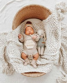 Newborn Monthly Photos, Newborn Photos, Monthly Baby, Cute Baby Boy, Cute Babies, Baby Kids, Neutral Baby Clothes, Baby Poses, Photo Blanket