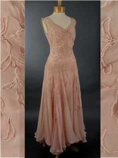 embroidered chiffon dress - Clearly I was born in the wrong era. And income bracket. Vintage Gowns, Vintage Outfits, Vintage Fashion, 1940s Fashion, Vintage Pink, Vintage Clothing, Evening Dresses For Weddings, Prom Party Dresses, Wedding Dresses