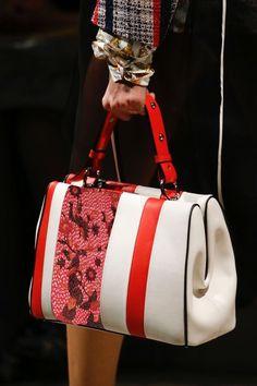 See detail photos for Prada Spring 2016 Ready-to-Wear collection. Chloe Handbags, Hermes Handbags, Fashion Handbags, Purses And Handbags, Fashion Bags, Designer Handbags, Tote Bags, Prada Spring, White Tote Bag