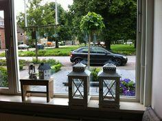 Love the Dutch gezellige window sills Style At Home, Window Sill Decor, Outdoor Furniture Sets, Outdoor Decor, Ramen, Interior Decorating, Cottage, Patio, Windows