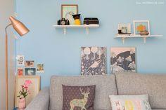 Cores vivas, móveis compactos e muitas relíquias pessoais na decoração criativa de um apartamento pequeno com apenas 35m².