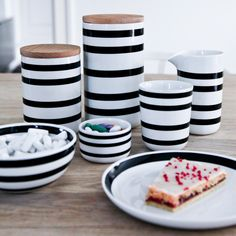 Verleiht eurer Küche mit den gestreiften Omaggio Aufbewahrungsdosen von Kähler Design einen monochromen Touch !