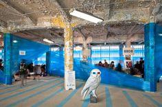 Znakiem rozpoznawczym łódzkiego festiwalu designu są pofabryczne budynki, w których prezentowane są wystawy i odbywają się festiwalowe wydarzenia. Surowe, przemysłowe wnętrza tworzą ciekawe tło dla współczesnego designu, ale także stanowią spore wyzwanie aranżacyjne. Podczas tegorocznej, piątej edycji festiwalu zmierzyli się z nim projektanci z pracowni 137kilo Architekci.  http://sztuka-wnetrza.pl/436/artykul/owiniete-w-folie