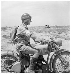 British Army Despatch Rider, N. Africa, Western Desert, by Cecil Beaton - pin by Paolo Marzioli Bsa Motorcycle, Motorcycle Outfit, British Motorcycles, Vintage Motorcycles, Cycle Pictures, North African Campaign, Side Car, War Dogs, Vintage Bikes