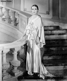 Dolores del Rio ,,,,,, 9 Divas, Mexican Actress, Glamour, Design Inspiration, Celebs, Actresses, Statue, Maria Felix, Photos