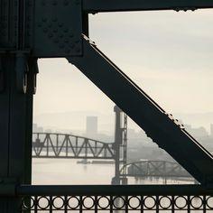St Johns Bridge peek a boo to Burlington Northern Railroad Bridge 5.1 #pnwonderland #pnwonderland #pnwisbeautiful #willametteriver #stjohnsbridge #burlingtonnorthern #railroadbridge #portland #oregon #iphoneonly #nofilter