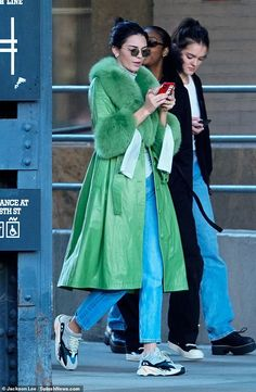 Kendall Jenner is a sight to see cycling in bright green fur-trim coat Kendall Jenner Body, Kendall Jenner Outfits, Kendall And Kylie, Estilo Kardashian, Kardashian Jenner, Green Fur, Fur Trim Coat, Look Street Style, Surfer Girl Style