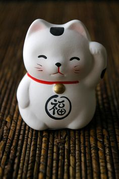 a white statue of maneki neko - the fortune cat of japan Maneki Neko, Neko Cat, Japanese Cat, Japanese Culture, Japanese Things, Crazy Cat Lady, Crazy Cats, Kawaii, Image Chat