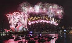 Fogos de artifício iluminam o céu sobre a icônica Ponte da Baía de Sydney e a Opera House durante as celebrações do Ano Novo na Austrália Foto: Rob Griffith / AP