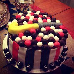 Hockey stick and balls cake Hockey Cakes, My Birthday Cake, Field Hockey, Let Them Eat Cake, Goodies, Treats, Balls, Desserts, Party Ideas