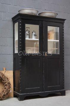 Vitrinekast 10225 - Stoere oude houten kast, zwart van kleur. De kast heeft langs de randen een sierlijke afwerking, binnenin de kast zit een lade.