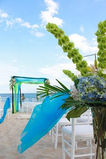 Tonos aquas, verde y turquesa, ideal para tu boda en playa por Bodas Huatulco