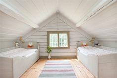 Interior Design Living Room, Home, Tiny House Loft, Bedroom Design, Loft Spaces, House, Bedroom Decor Design, Attic Bedroom Designs, Swedish Decor