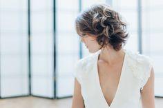 "Robe de mariée ""Amasa""  robe en soie lavée, broderie en dentelle de Calais, plumes et Swarovsky. Wedding dress Atelier Swan#robedemariee #createur #mariee #madeinfrance #surmesure #weddingdress"