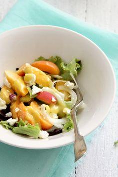 Ensalada de albaricoques con queso rulo, pistachos y vinagreta francesa http://food-and-cook.blogs.elle.es/2011/05/27/ensalada-de-albaricoques-con-queso-rulo-pistachos-y-vinagreta-francesa/
